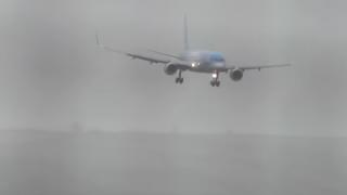 【神業動画】旅客機さん、横向きで着陸。